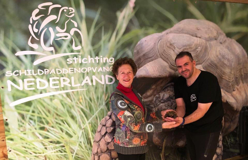 Mieke Zilverberg (ambassadeur Schildpaddenopvang.nl) met Gerard van der Wijk (beheerder / oprichter)